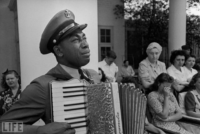"""Goin' Home"" (Ed Clark, 1945). Старшина Грэм Джексон исполняет ""Goin' Home"" на похоронах президента Рузвельта."