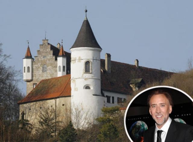 Американский актер Николас Кейдж обожает покупать недвижимость. У него в собственности достаточно большое количество необычных домов, в числе которых замок Найдштайн в Баврии и Мидфордский замок в Англии.
