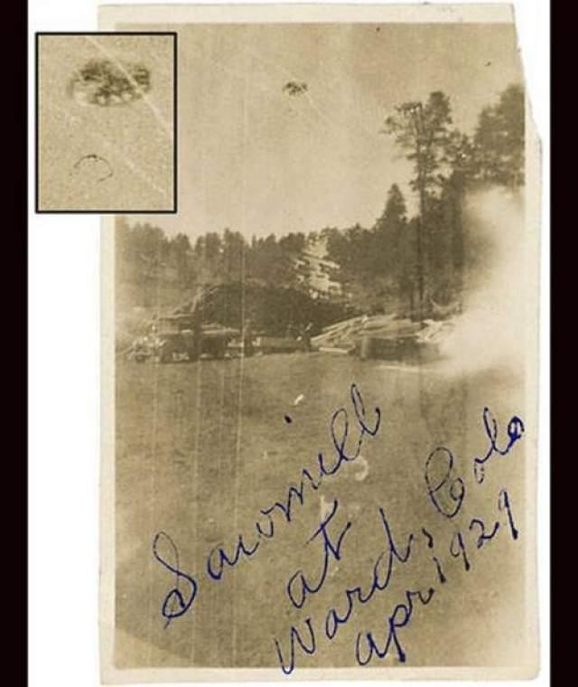 """Эта фотография была сделана Эдвардом Филипом на лесопилке в Варде, Колорадо, в 1929 году. Филип описал страшный """"громовой рев"""", после чего он увидел объект, плавающий в небе."""
