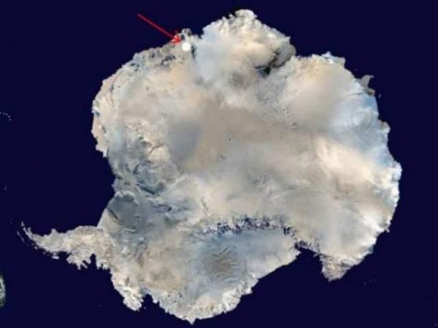 Сейчас исследователи полагают, что ворога, которую они нашли, могла быть местом, куда упал тот самый метеорит 11 лет назад. На фото Антарктиды из космоса кружком отмечено место расположения следа на льду