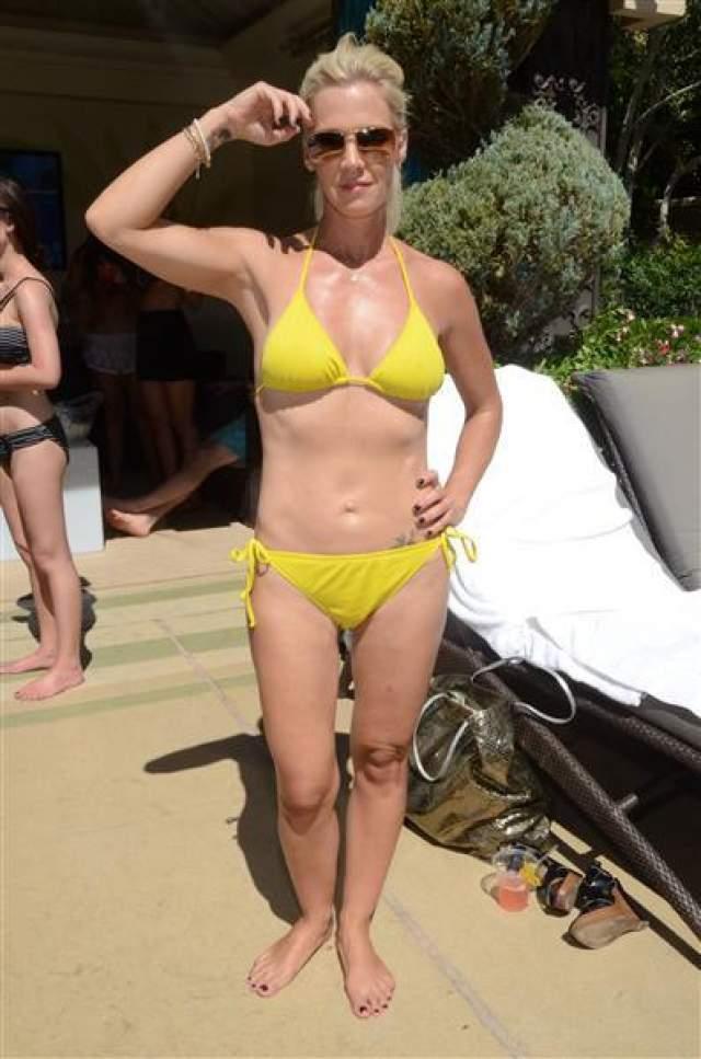"""47-летняя Дженни Гарт, прославившаяся ролью взбалмошной Келли в культовом сериале 90-х. """"Беверли Хиллз, 90210"""", после расставания с мужем Петром Фасинелли обрела второе дыхание и отличную форму. Около 5 лет назад она снова вышла замуж, ее избранником стал 38-летний актер и продюсер Дэйв Абрамс."""