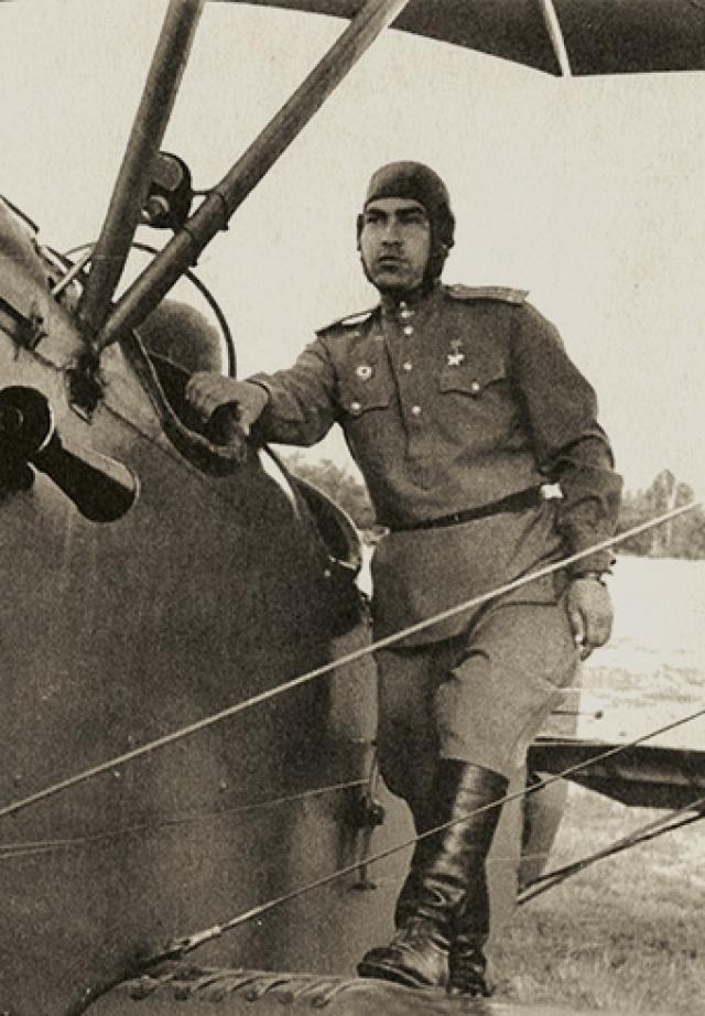 Врачи вынуждены были ампутировать летчику обе ноги в области голени, но жизнь спасли. Еще в госпитале Алексей начал тренироваться, готовясь к тому, чтобы летать с протезами.