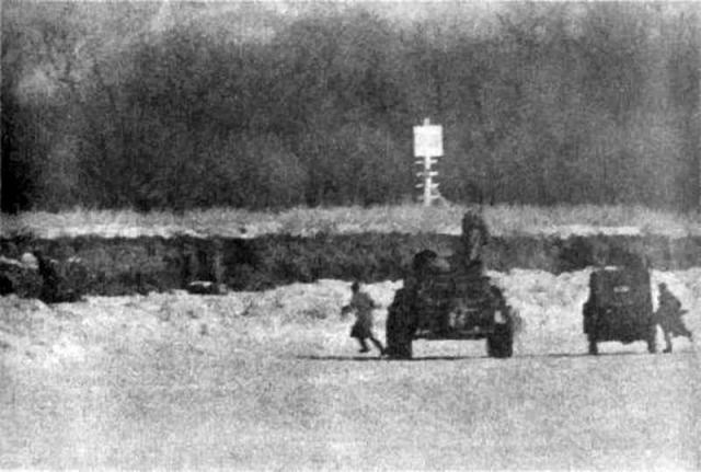 """Получив донесение о стрельбе на острове, начальник соседней, 1-й заставы """"Кулебякины сопки"""" старший лейтенант Виталий Бубенин выехал на БТР-60ПБ (№ 01) и ГАЗ-69 с 23 бойцами на помощь."""