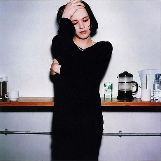 Лидер группы Placebo Брайан Молко частенько примеряет женские наряды, чем подкрепляет слухи о своей нетрадиционной ориентации.