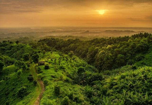 3. Бангладеш Это поразительно красивая земля с разнообразной культурой и богатейшей историей. Туризм в стране не развит, хотя здесь очень много достопримечательностей: особняки махарадж, крупное мангровое побережье и самый длинный пляж.