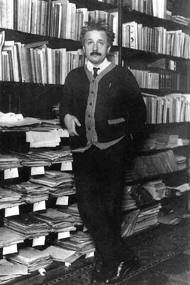Однажды Альберт использовал чек от Фонда Рокфеллера на 1500 долларов в качестве закладки для книги, после чего ее потерял.