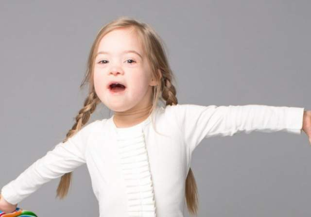 Девочку часто приглашают на программы, она популярная медийная личность. Ходит в школу и проводит время с семьей.