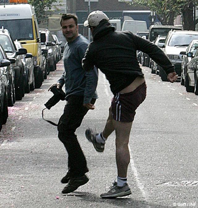 Не испугавшись, смельчак продолжил снимать, когда Грант выходил из магазина, он ударил папарацци, из-за чего тот упал и скорчился в приступе боли.