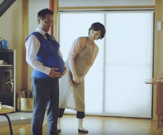 Акцию политики организовали после того, как проведенное в 2014 году исследование Организации экономического сотрудничества и развития показало, что именно японские мужчины реже всех помогают своим женам в решении бытовых задач.