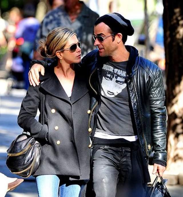 Дженнифер Энистон и Джастин Теру также отправились на прогулку.