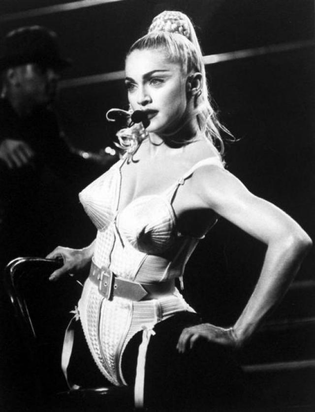 """Самой запоминающейся версией «пули» стал ее камбэк в 90-е, когда Жан-Поль Готье подготовил для тура """"Blond Ambition"""" в течение 1990 года Мадонны провокативную серию сценических костюмов, разрабатывая идею нижнего белья как верхней одежды."""
