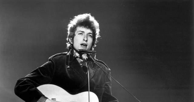 В начале 60-х Дилан решил заняться музыкой на профессиональном уровне, бросил университет и переехал в Нью-Йорк. Пробрался на музыкальную сцену Нижнего Манхэттена, ну а дальше - больше.