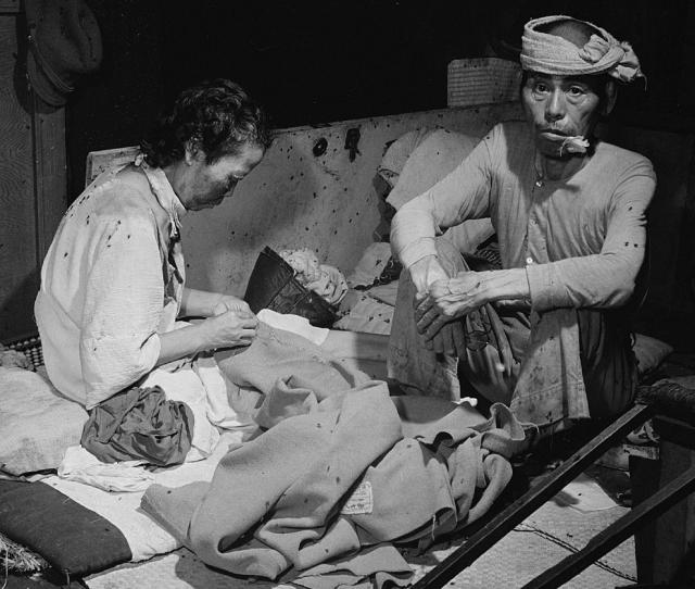 Жертвы во временном госпитале. В помещении царила полная антисанитария и кишели мухи.