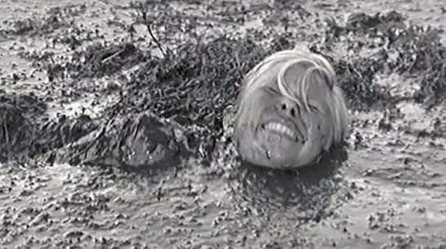 """Особые сложности возникли в связи со съемкой эпизода в бане. В советском кинематографе того периода весьма редко допускались столь откровенные семки обнаженного женского тела, но режиссер картины преследовал определенные художественные цели. С.Ростоцкий объяснял суть сцены актрисам, которых пришлось уговаривать раздеться перед камерой так: """"Девочки, мне надо показать, куда попадают пули. Не в мужские тела, а в женские, которые должны рожать"""" ."""