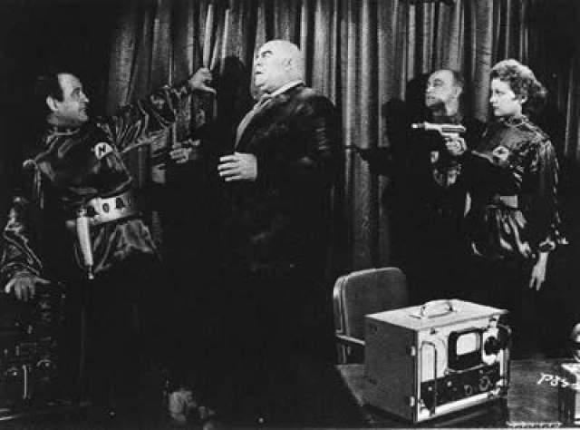 """На пике карьеры Вуд был занят съёмками фантастического ужастика """"План 9 из открытого космоса"""". Звездой ленты был актёр Бела Лугоши — настоящий динозавр Голливуда, игравший в легендарном фильме """"Дракула"""" 1931 года."""