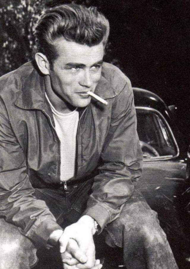 """Джеймс Дин С фильма """"К востоку от рая"""" начался стремительный взлет карьеры актера, который сразу же завоевал миллионы сердец молоденьких девушек."""