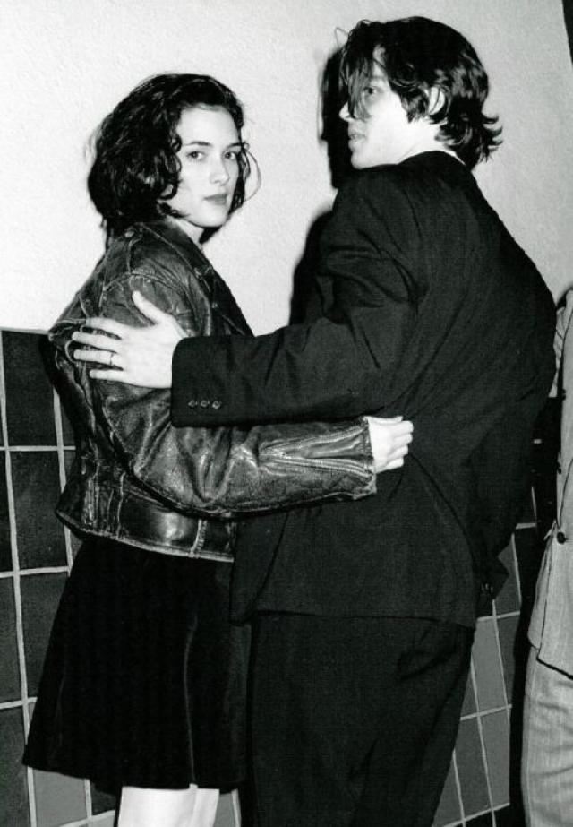 """Ему было 26, ей 17 - роман двух ярких молодых звезд мгновенно стал темой номер один для СМИ. """"Мы договорились, что попытаемся быть открытыми прессе"""" , - вспоминал потом Джонни. Именно это и было ошибкой."""