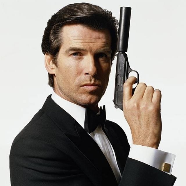 """Из депрессии его вывело предложение роли агента 007, поскольку именно об этом мечтала его покойная жена. Первый же фильм с участием вдовца Броснана """"Золотой Глаз"""" стал самым успешным с коммерческой точки зрения лентой бондианы."""
