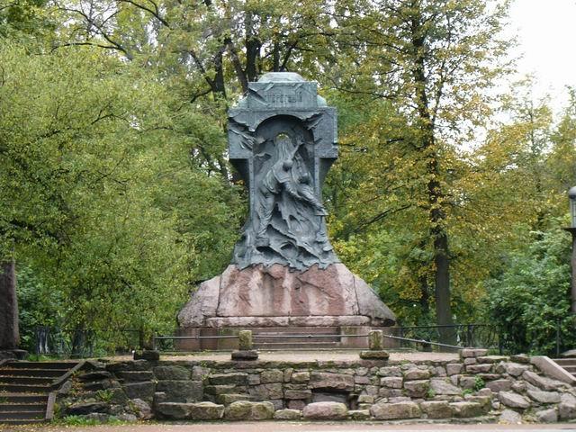 """Обстоятельства гибели """"Стерегущего"""", как и имена героев неизвестны и сегодня, но в Петербурге есть необычный памятник, который изображает двух матросов, открывающих бортовые кингстоны, из которых хлещет вода."""