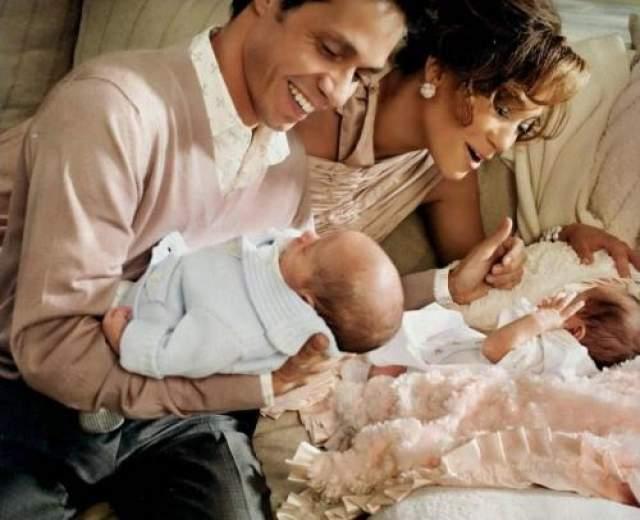 """С Марком Энтони свадьба состоялась в 2004 году. У них родились близнецы. Однако в 2011 брак распался, звезда описала причину так: """"Я все время чувствовала давление""""."""