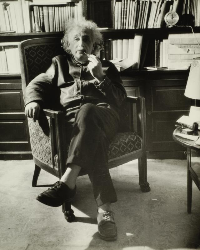 """Эйнштейн был большой неряха и однажды по этому поводу высказался так: """" Когда я был молодым, я узнал, что большой палец всегда заканчивается дыркой в носке . Так что я перестал носить носки. """""""
