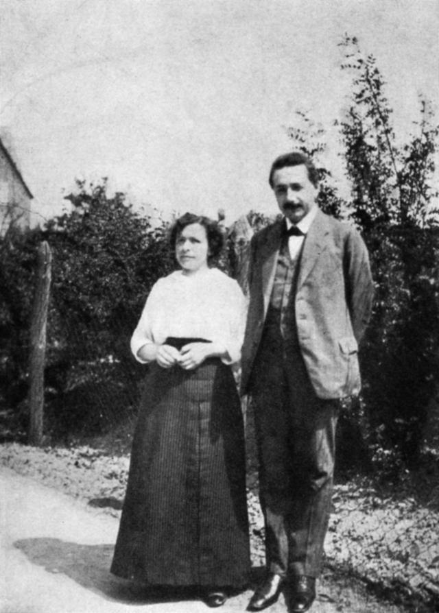 Эйнштейн не мог позволить выплачивать алименты своей жене при разводе и предложил отдать все деньги, в случае если получит Нобелевскую премию. Через несколько лет он сдержал свое обещание.