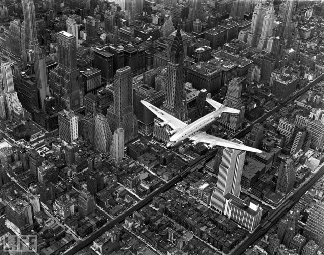 Самолет над Манхеттоном (Airplane Over Manhattan, Margaret Bourke-White, 1939).