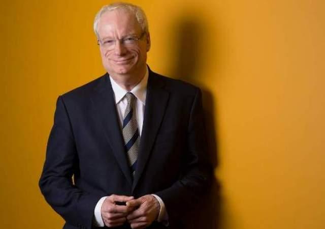 Крис Смит, 67 лет, политик. Экс-министр культуры Великобритании Крис Смит — первый политик, который не побоялся рассказать о своей гомосексуальной ориентации. А в начале 2005 года Смит привел общественность в шок, заявив, что он живет с ВИЧ с 1987 года.