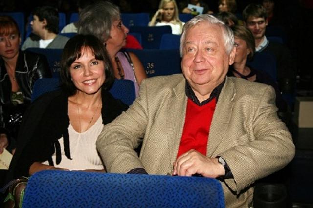 Спустя десять лет романа пара оформила отношения, а после стала родителями двоих детей: Павла, который тоже начал актерскую карьеру, и Марии.