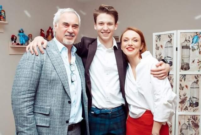 В 2009 году произошел скандал вокруг развода Валерия Меладзе с супругой. Тогда и открылась правда об отце сына Джанабаевой - им был Меладзе. В 2014 году пара поженилась и теперь воспитывает двоих сыновей – Константина и Луку.