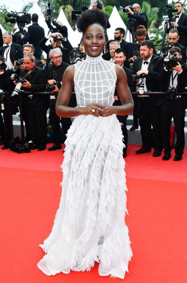 """Люпита Нионго. Темнокожей обладательнице """"Оскара"""" очень шло светлое платье."""