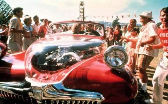 """Форд 1948 года В фильме """"Бриолин"""" (1978) превращается в """"молнию"""", которую Джон Траволта ведет к победе в уличной гонке."""