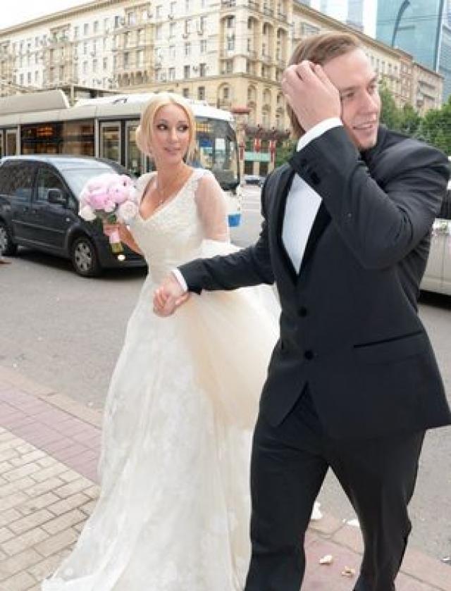 Однако, несмотря на все обсуждения, в свои 25 лет Игорь не побоялся связать себя браком с 41-летней женщиной.