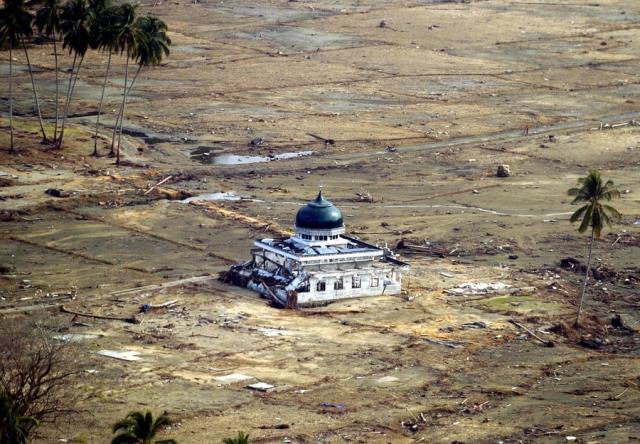В индонезийском городе Банда-Ачех огромная волна, продвинувшись на 4 километра вглубь материка, смыла весь населённый пункт в океан, не оставив даже остовов бетонных домов. В тот день погибло больше половины населения 230-тысячного города, а из тысяч домов на побережье уцелел лишь один – городская мечеть.