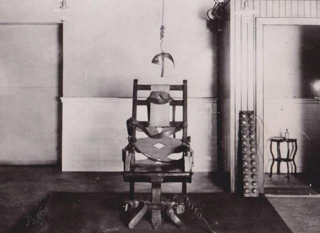 Ровесника Мэри, 13-летнего Форчун Фергюсона , посадили на электрический стул в 1925 году по обвинению в изнасиловании восьмилетней белой девочки. Подробности дела уже не известны, но следствие в отношении чернокожего ребенка было явно предвзято.