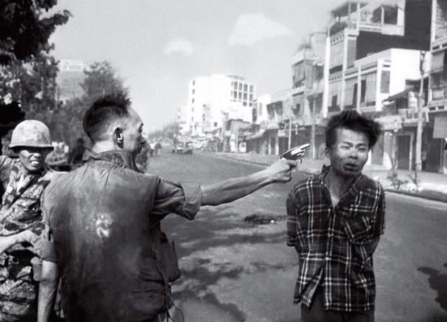 """Казнь в Сайгоне, Эдвард Адамс, 1968. Снимок сделал неизвестного фотографа в один миг звездой, когда получил награду World press photo, Пулитцеровскую премию и т.д. На фото - Нгуен Тан Дат, """"партизан войны во Вьетнаме, диверсант и сапер""""."""