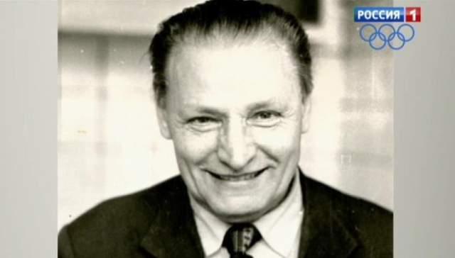 """Иван Кузнецов, 1926-2005. Он изобрел свой """"ипликатор Кузнецова"""" - это пластина с иглами, с помощью которой, по мнению Кузнецова, можно было вылечить абсолютно все заболевания, даже рак и СПИД."""