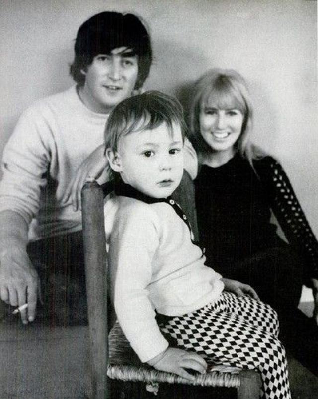 От ухода из семьи Леннона не удержал даже маленький сын Джулиан.