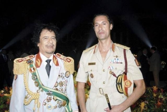 Еще один сын полковника, Мотассим, в 2001 году был пойман на попытке закупить за рубежом танки и ракеты ближнего радиуса действия для возглавляемой им армейской бригады.