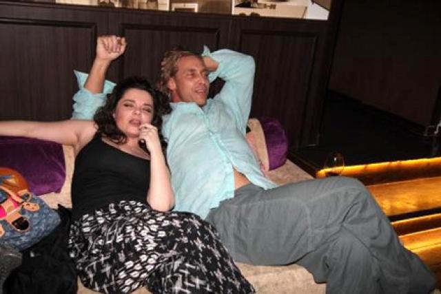 А это Наташа с супругом на закрытой вечеринке.