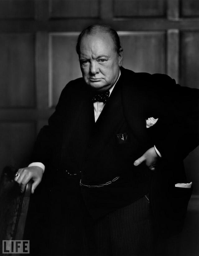 Уинстон Черчилль (Winston Churchill, Yousuf Karsh, 1941). Чтобы добиться нужного выражения лица у премьер-министра Великобритании фотограф сообщил ему, что тот не может закурить любимую сигару, пока они не закончат.