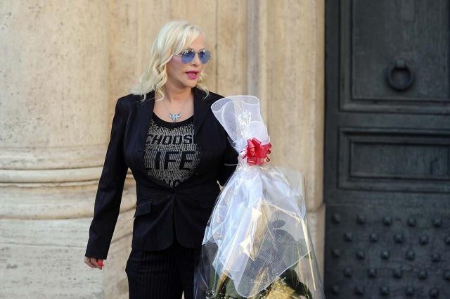 В 2012 году она хотела стать мэром города Монца, но неудачно. В тот год в политику пошли еще 3 итальянские порнозвезды. Неудачной оказалась попытка попасть в парламент родной Венгрии: актрису обвинили в сотрудничестве с КГБ.