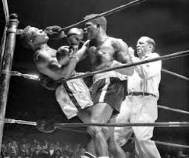 """Бенни """"Кид"""" Парет, Куба,скончался 3 апреля 1962 года в возрасте 25 лет Смерть этого кубинского боксера стала первой, траслировавшейся по национальному американскому телевидению. За боем, в котором Бенни Парет и американец Эмиль Гриффит сражались за титул абсолютного чемпиона мира в полусреднем весе, наблюдала в прямом эфире многомиллионная зрительская аудитория. Подобная встреча непримиримых соперников была уже третей. В самом первом бою Гриффит нокаутировал Парета, во втором поединке Бенни взял реванш, одержав победу по очка, и вот заклятые противники должны были встретиться снова."""