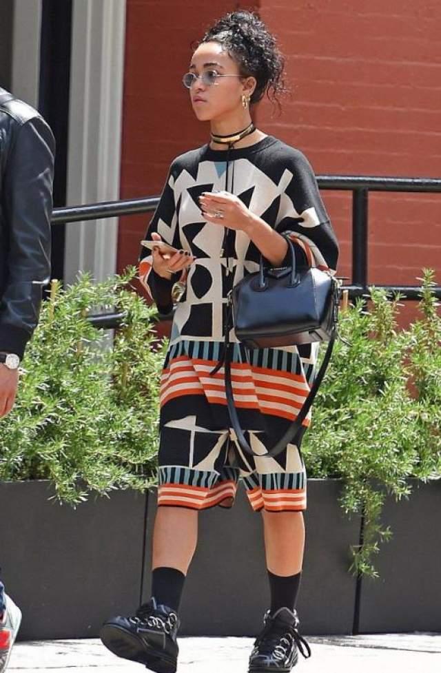 """Британская реп-исполнительницы, невеста звезды """"сумеречной"""" саги Роберта Паттинсона FKA Twigs (31) отличается своеобразным стилем в одежде, так что не заметить ее на улице просто невозможно!"""