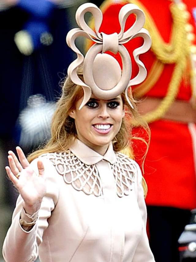 """Шляпка-""""унитаз"""" принцессы Беатрис. В ней она пришла на свадьбу герцога и герцогини Кембриджских в 2011 году. В том же году ее успешно """"скинули"""" за 131648$."""