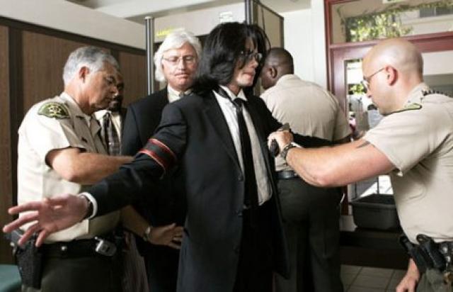 """18 декабря полиция провела обыски в Джексоновом поместье """"Неверлэнд"""", а 20-го певец был арестован, и через сутки выпущен под залог. Как и в предыдущий раз, Джексон категорически отрицал обвинение, заявляя, что семья Арвизо просто пытается заниматься вымогательством."""