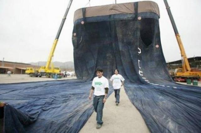 Самые длинные в мире джинсы имеют 68 метров в длину, 35 метров в ширину и весят три тонны.