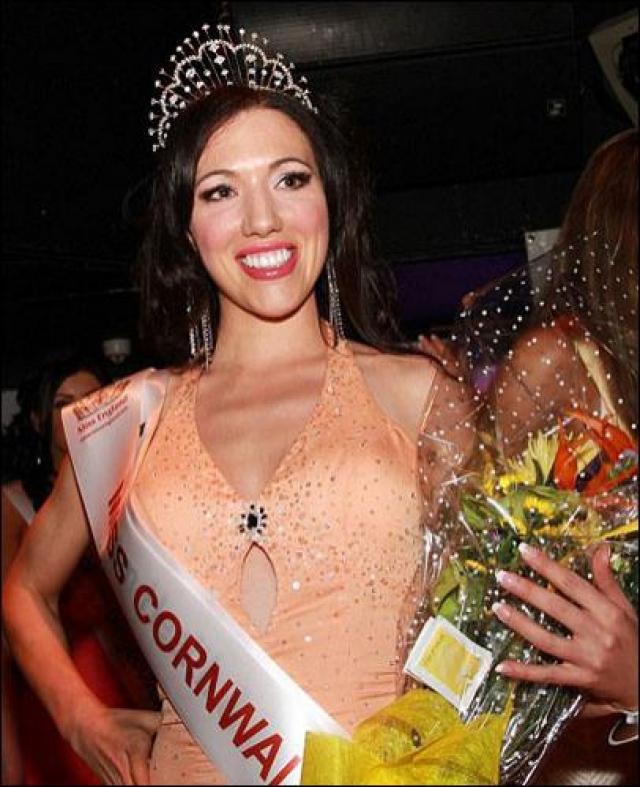 Оргкомитету конкурса стало известно, что в возрасте 16-ти лет Эннс снялась топлес в откровенной фотосессии, и рассказала о работе в массажном салоне, предлагающем секс-услуги.