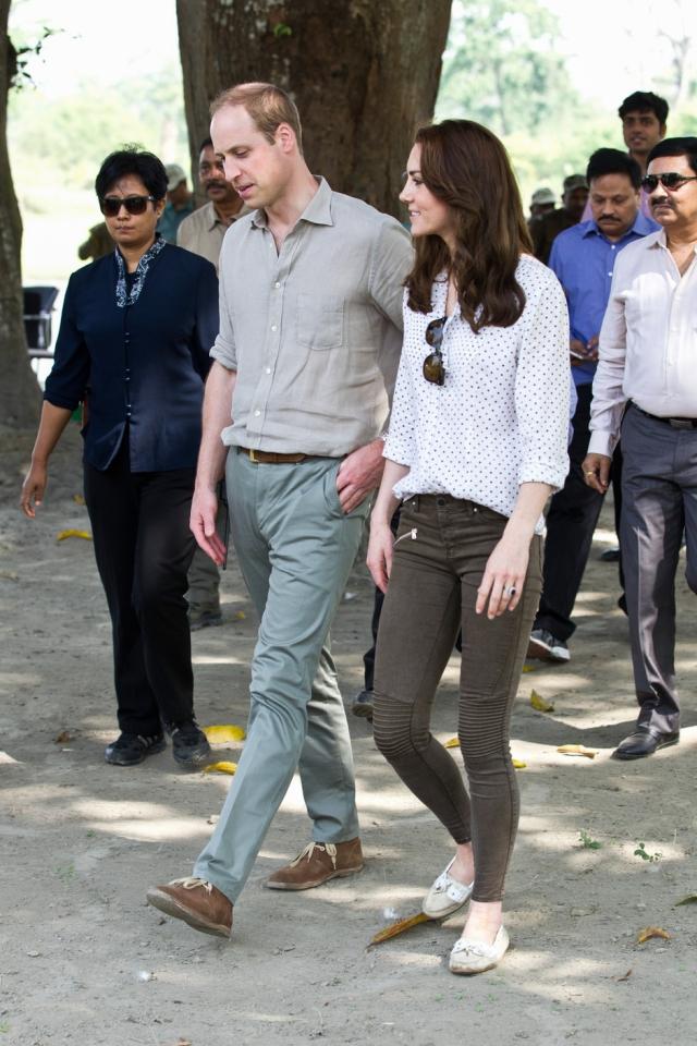 Наряды Кейт Миддлтон частенько подвергаются критике ее соотечественников. Во время визита в Индию она разгневала британцев слишком уж узкими джинсами.