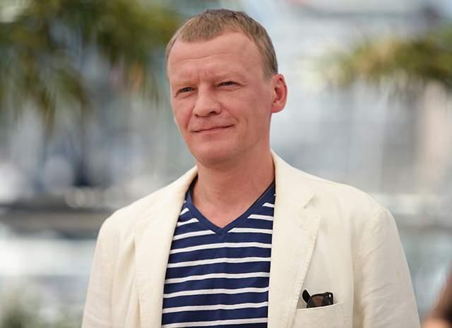 При этом от российского резидентства деятель кино не отказывался и по-прежнему активно снимается в своей родной стране.